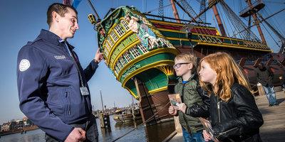 Man en twee kinderen bij Het Scheepvaartmuseum