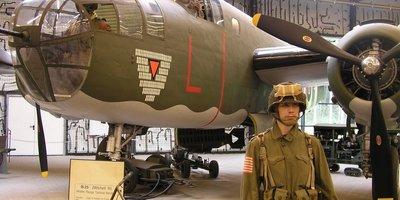 Soldaat staat voor oorlogsvliegtuig
