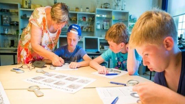 Sporenonderzoek in het jeugdlaboratorium van het marechausseemuseum