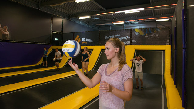 Dame die met een bal speelt bij Jumpsquare