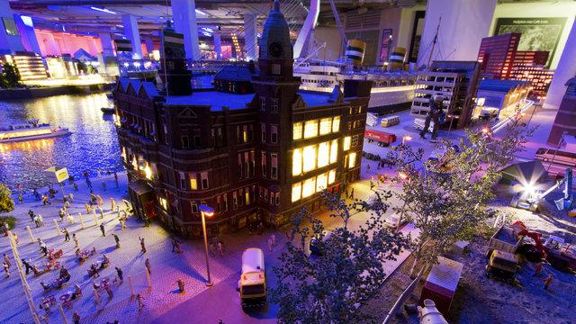 Miniworld Rotterdam verlicht gebouw in kerstnacht
