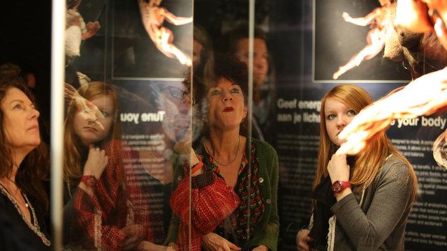 Drie dames bewonderen één van de preparaten