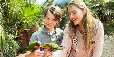 Broer en Zus met vogels op hun hand in Avifauna