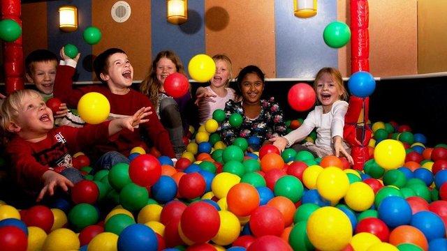 Kinderen in de ballenbak