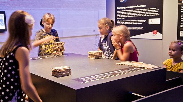 Kinderen die samen een spel spelen bij Geofort in Herwijnen
