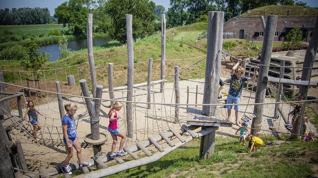 Kinderen in de speeltuin bij Geofort in Herwijnen