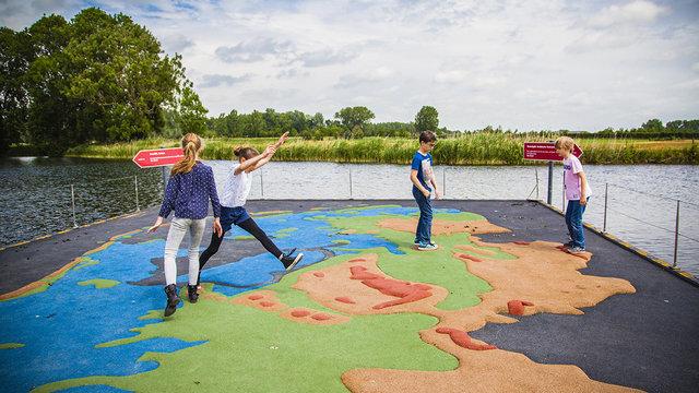 Grote landkaart van Nederland waar kinderen op staan bij Geofort in Herwijnen