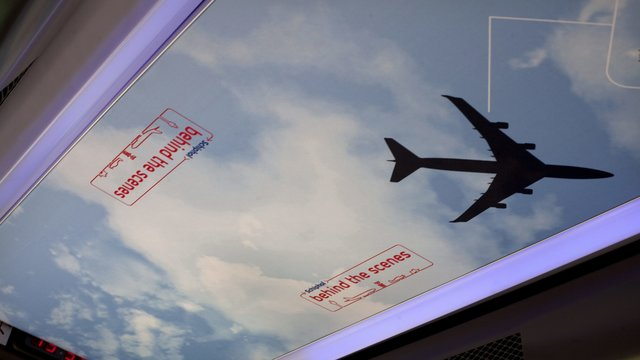 Overvliegend vliegtuig bij Schiphol Experience.