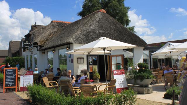 Terras van restaurant De Rietstulp rondvaart door Giethoorn