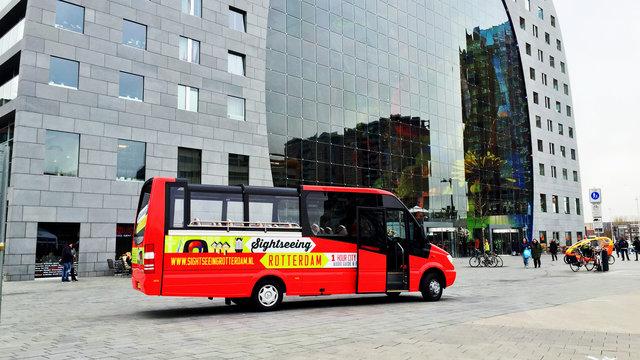 Sightseeing bus bij de markthal in Rotterdam