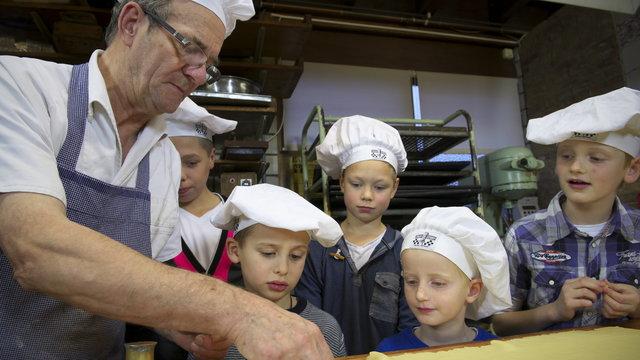 koekjes bakken bij de oude bakkerij in Medemblik