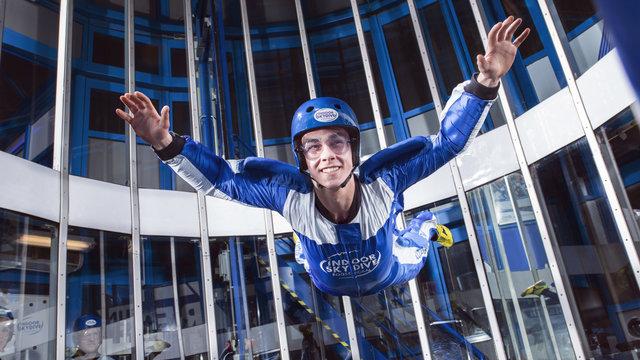 Skydiver met grote glimlach in de windtunnel