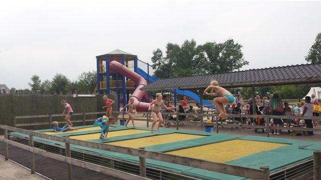 Kinderen springen op de trampoline bij speelboerderij de Flierefluiter