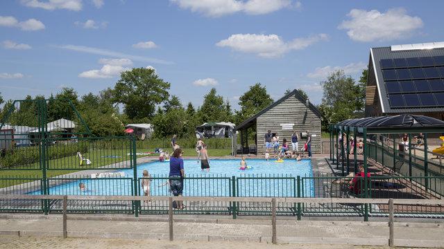 Zwembad bij speelboerderij de Flierefluiter