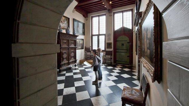 Kinderen doen speurtocht bij het rembrandthuis
