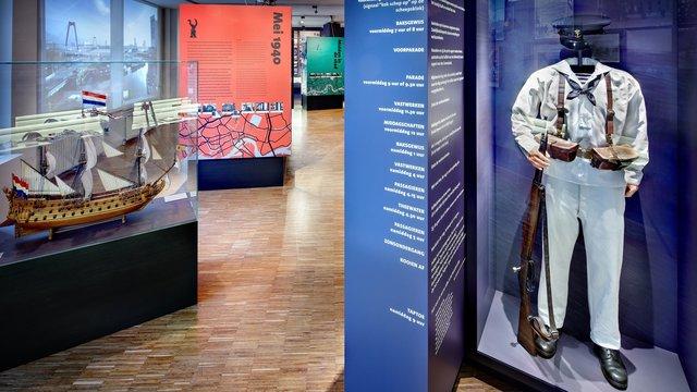 stukje tentoonstelling met uniform bij Mariniersmuseum