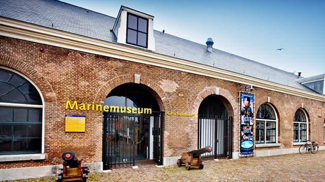 Ingang en gebouw van Marine Museum in den Helder