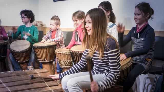 Kind speelt op instrument bij het Afrika Museum