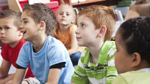 Kinderen luisteren aandachtig bij het Afrika Museum