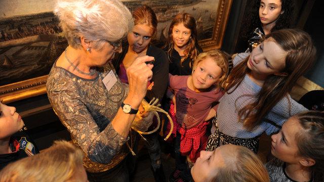 Kinderen tijdens een rondleiding bij het MuZEEum in Vlissingen