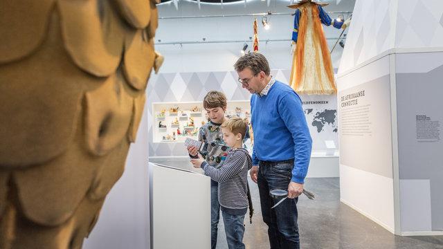 Gezin bij het Afrika Museum tijdens tentoonstelling
