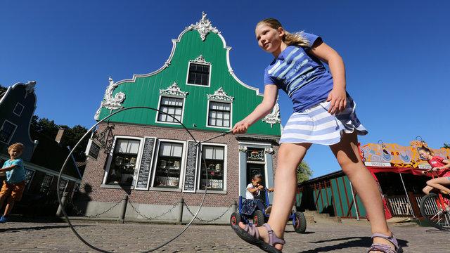 Hoepelend kind bij het Nederlands Openluchtmuseum