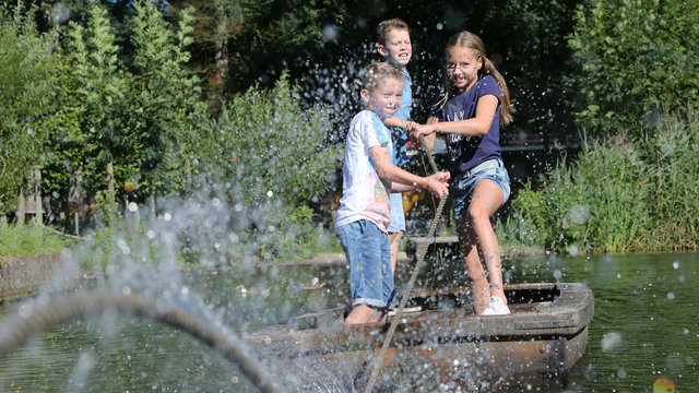 Kinderen op vlot Nederlands Openluchtmuseum