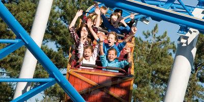 Kinderen in een achtbaan bij DippieDoe