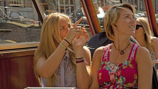 Vriendinnen wijzen blue boat rondvaart amsterdam