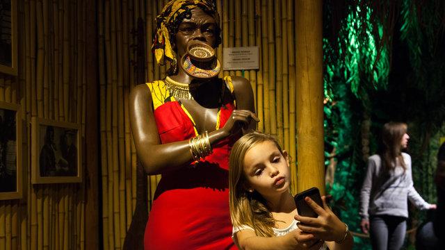 Meisje maakt selfie in Ripley's Amsterdam