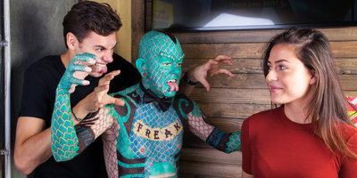 Jongen en meisje met de Lizard Man in Ripley's Amsterdam