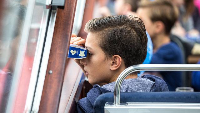 Jongen met papieren verrekijker bij Blue Boat Amsterdam
