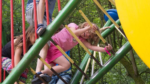 Kinderen klimrek de Spelerij speeltuin zomer
