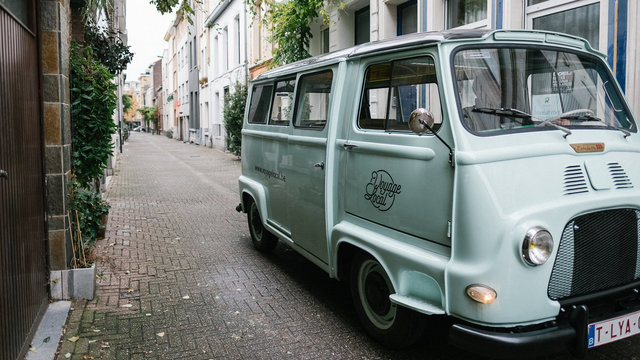 Voyage Locale rijdt door de straten van Antwerpen