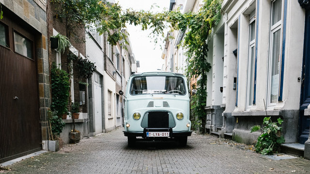 Rij door de smalle straatjes van Antwerpen