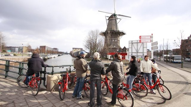 Toeristen met Baja Bikes in Amsterdam