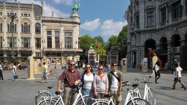 Fieters op een plein in Antwerpen