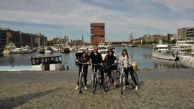 Gezin aan het water tijdens fietstour Antwerpen