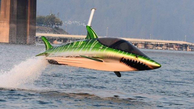 Zoef in een haai door het water in de SkyShark