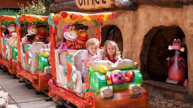 Kinderen in de trein bij kinderpretpark Julianatoren