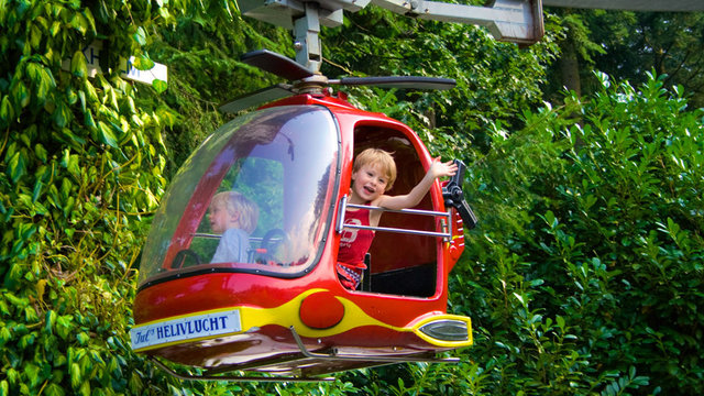 Jongetje in helikopter bij kinderpretpark Julianatoren