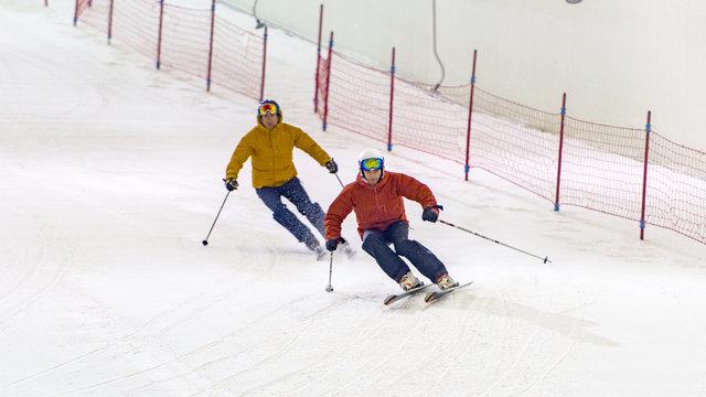 Leren skiën op een indoor skibaan - winters dagje uit.