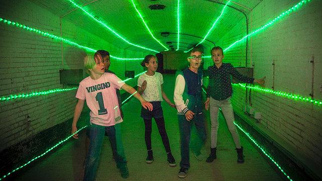 Kinderen in desorienterende tunnel bij Geofort