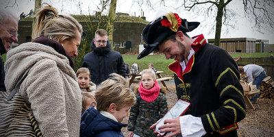 Kinderen tekenen op een kaart met een generaal