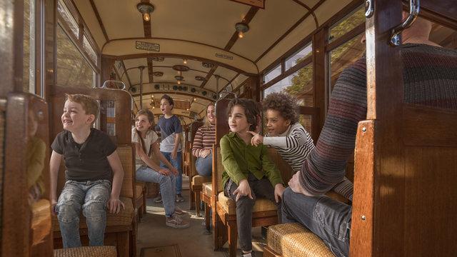 Maak een ritje in de ouderwetse tram bij het Nederlands Openluchtmuseum.