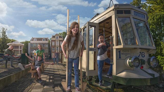 Buiten spelen met ouderwets speelgoed bij het Nederlands Openluchtmuseum.