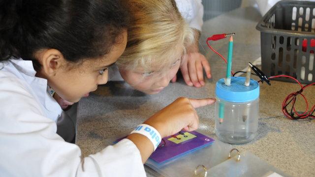 Kinderen doen proefjes met water