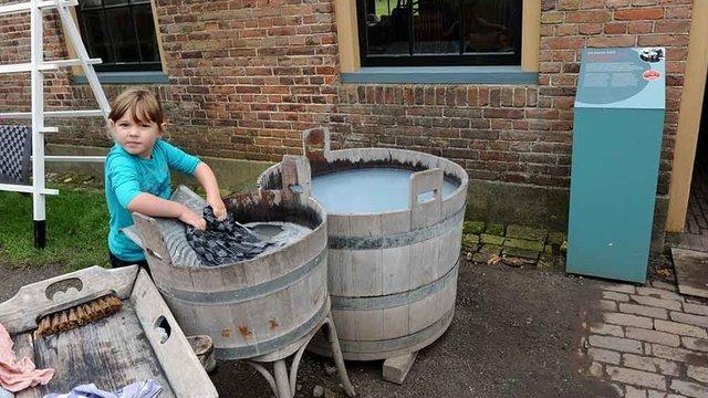 Kind doet de was