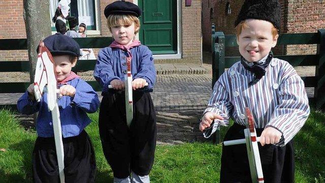 Kinderen in klederdracht