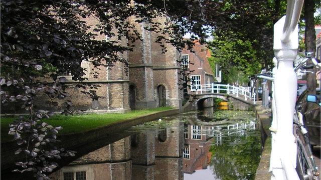 Nieuwe kerk delft achterzijde over het water met de brug
